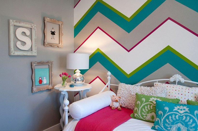 Gris y azul combinados con rosa fuerte y llamativo patrón de chevron en el dormitorio