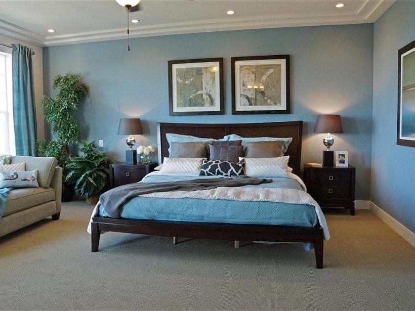 Lambivarjud korrusel ja aktsent padjad tuua hall sellele sinine magamistuba