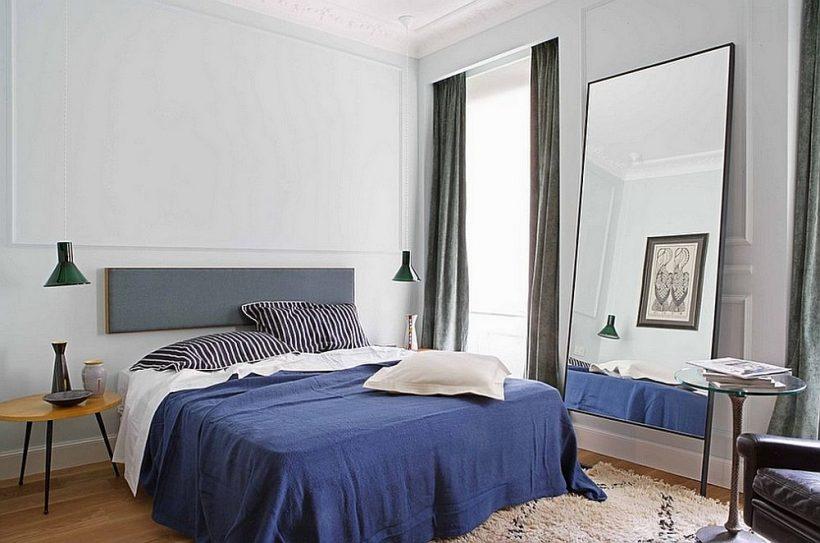 gris claro blanco reemplaza en esta habitación masculina con toques de azul