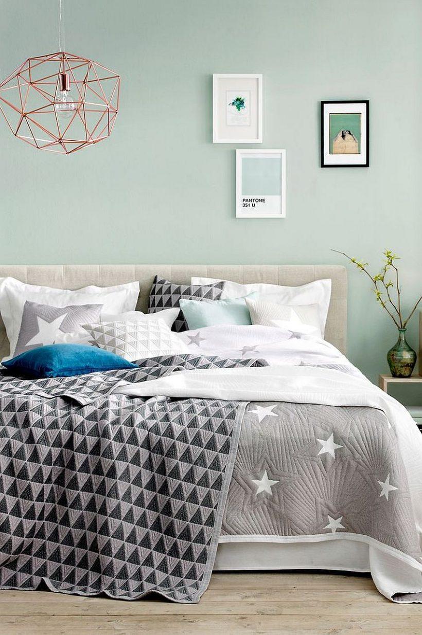 Refrescante menta azul junto con detalles en gris y geo en esta habitación de moda