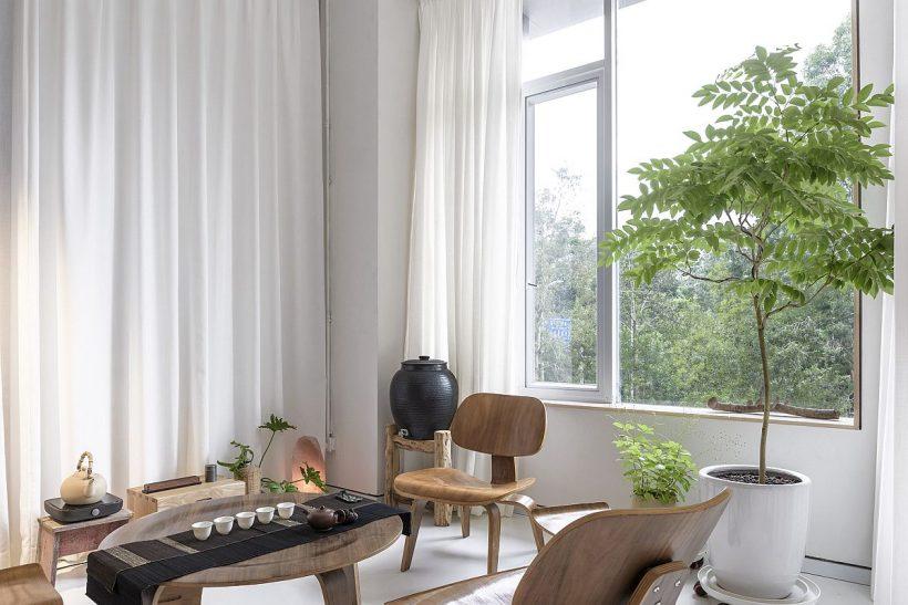 Relajante sala de té con una decoración de madera y cortinas de blanco