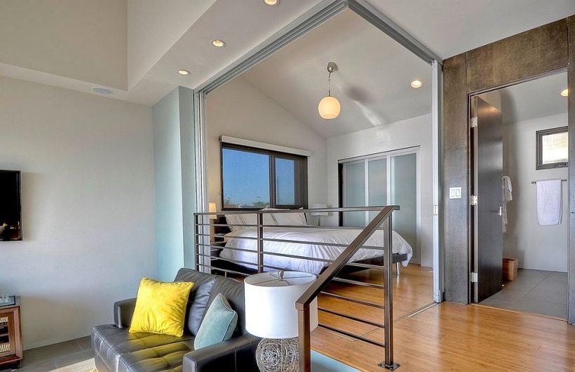 Las puertas corredizas de vidrio pueden llegar a ser incluso un rincón vacío en una pequeña habitación de invitados