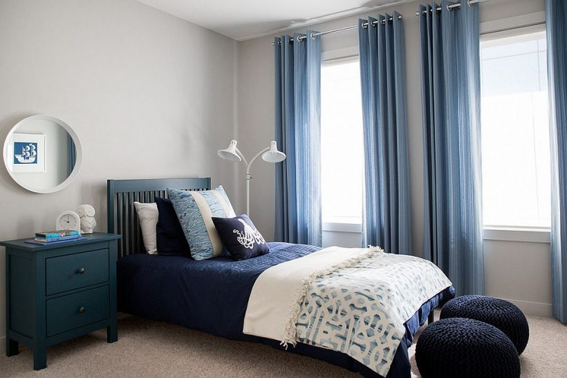 Pequeño dormitorio de estilo playa con paredes grises y hermosas cortinas azules