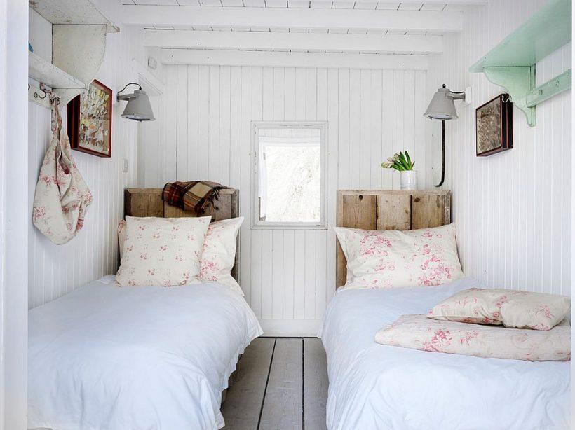 Blanco pequeño mal dormitorio estilo elegante con camas individuales