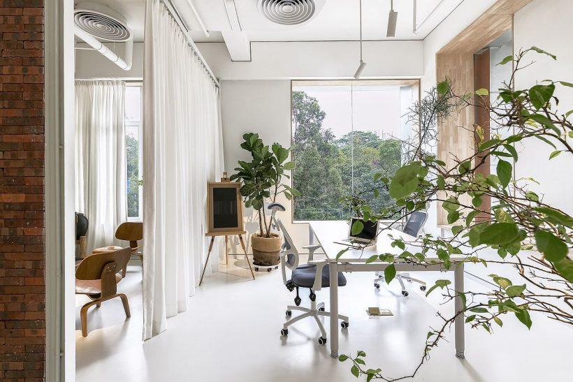 cortinas blancas altos actúan como separadores de ambiente cuando sea necesario
