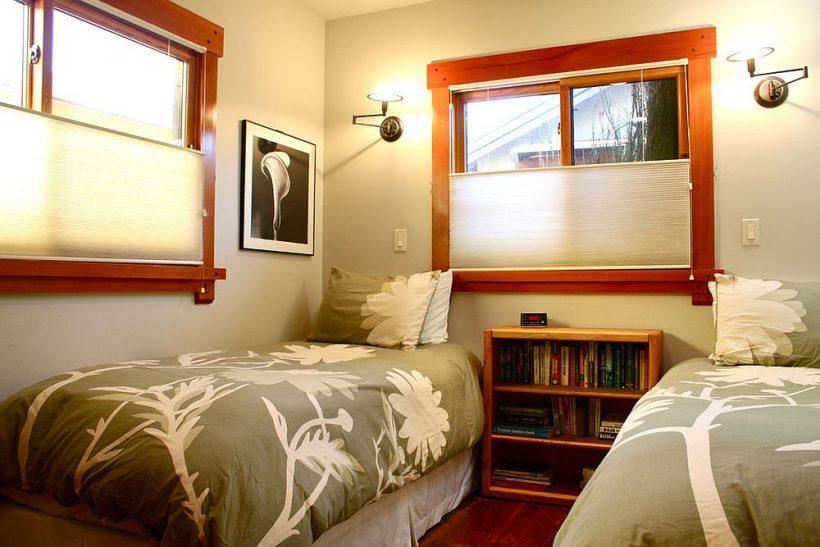 cama doble habitación con un amplio espacio para libros y accesorios