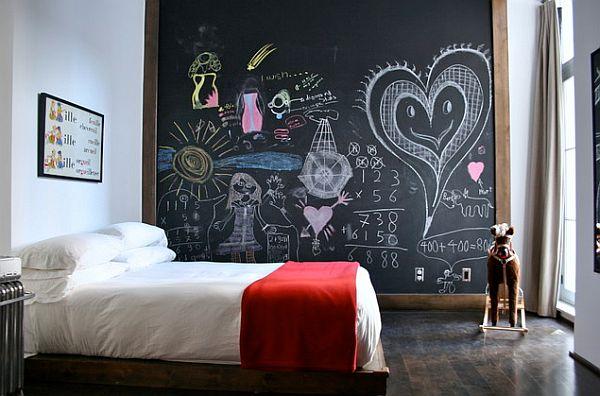 habitación de los niños con un enorme tablero de tiza