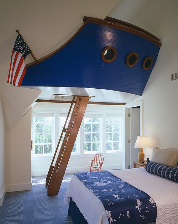 dormitorio de inspiración náutica con el barco y la escalera