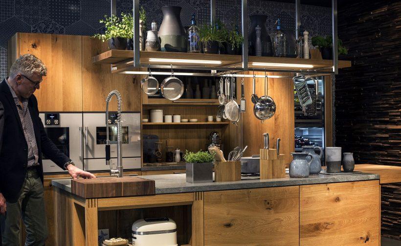 La iluminación de acento alcanza un nuevo nivel con deliciosos luces de tira de LED en esta cocina con clase llenos de madera