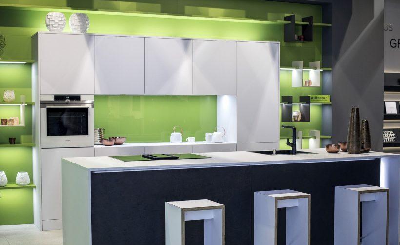 Eplegrønn og LED-stripe lys bringe lysstyrke til det moderne kjøkkenet