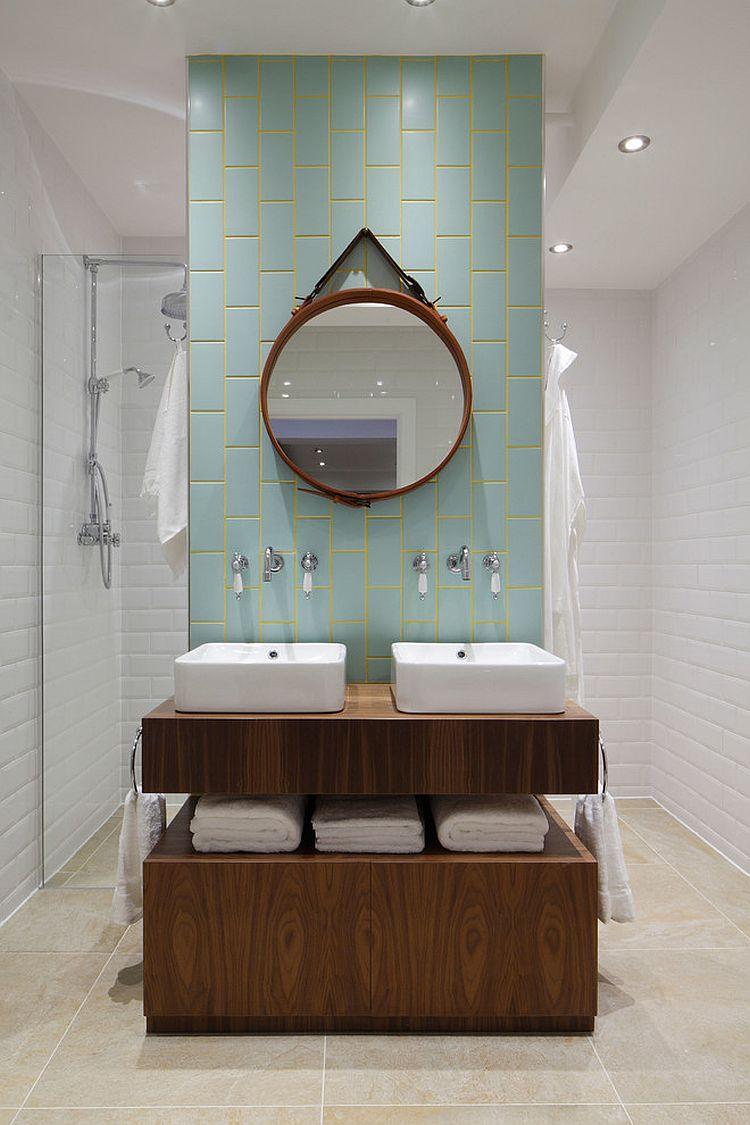 Aqua et jaune ajouter de la couleur subtile à la salle de bains élégante