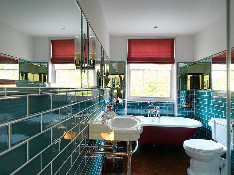 Cuarto de baño con azulejos verde azulado y una bañera en rojo