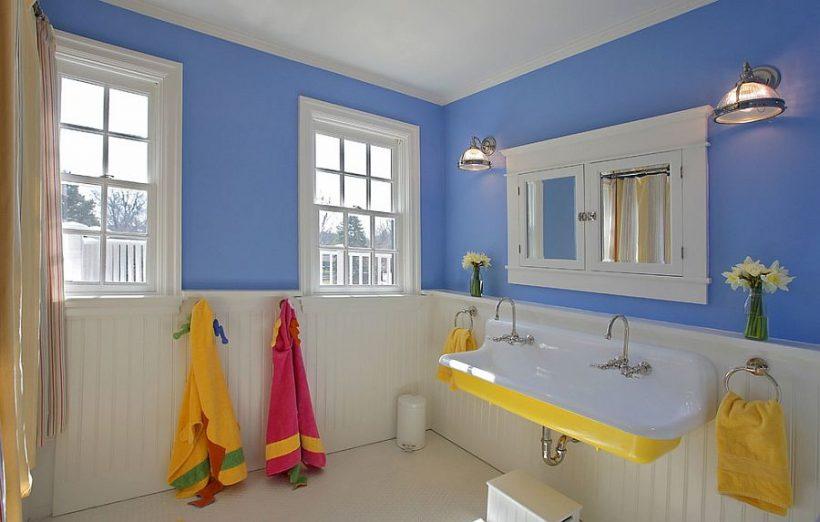 Cuarto de baño azul y blanco con lavabo en amarillo