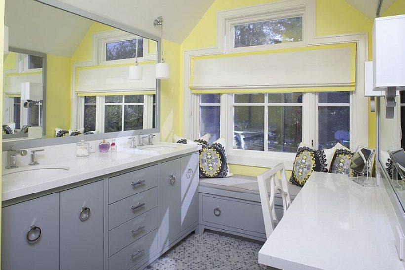 de color gris azulado reemplaza tonos tradicionales de azul azul en este cuarto de baño contemporáneo