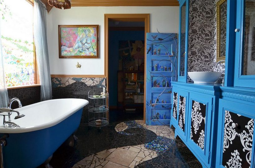 baño brillante en azul con arte de la pared magnífica