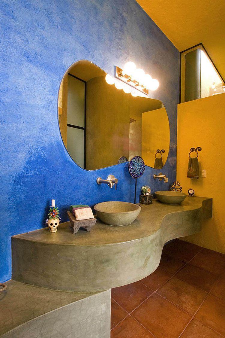 Cuarto de baño colorido con un atractivo rústico y acogedor