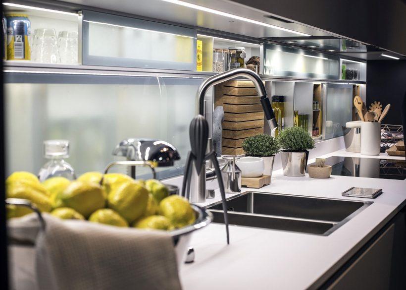 Kombiner LED innfelt lys med stripe ligjts å skape den perfekte kjøkkenbenken