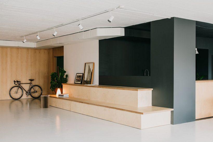 espace commun de repos du bureau moderne à Barcelone