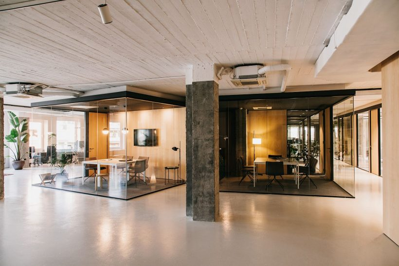 Bianco con un pizzico di fascino industriale: CLOUD Coworking a Barcellona