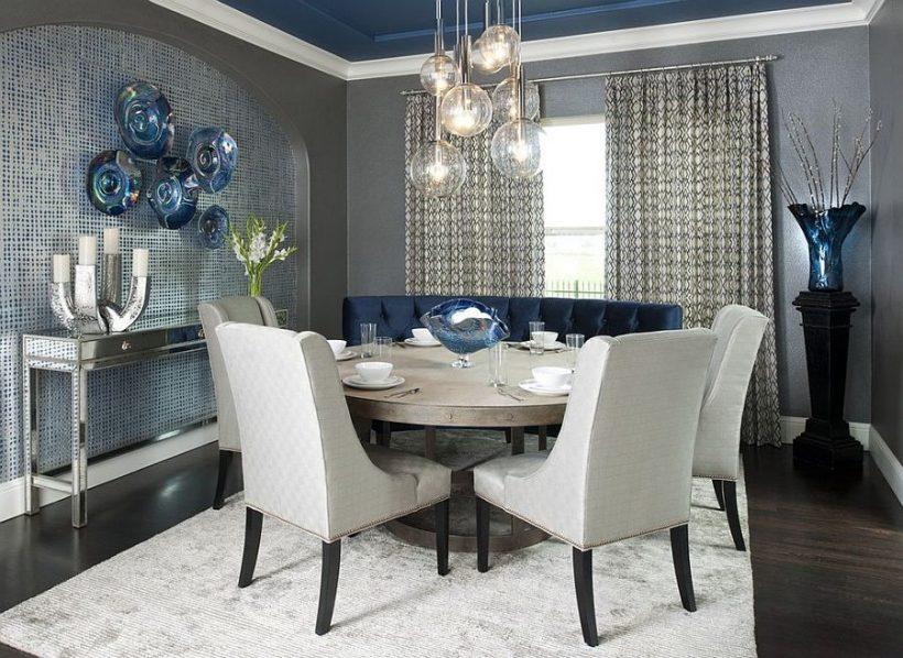 Súčasná jedáleň s kvapkou modrej šedej a svetlo sfarbené koberec