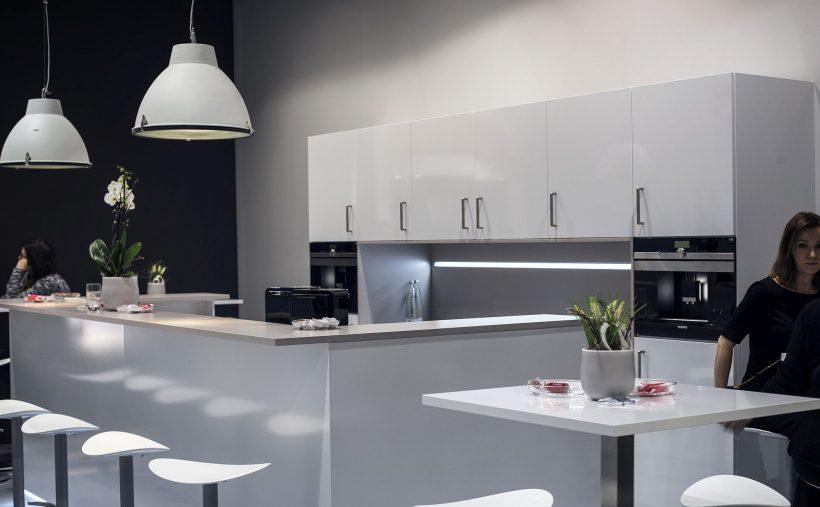 Dashing alle hvite moderne kjøkken med romslig frokost bar