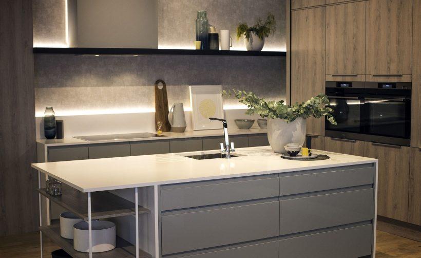 Incluso la más pequeña de las cocinas y la más oscura de las esquinas se pueden animar con las luces de tira del LED