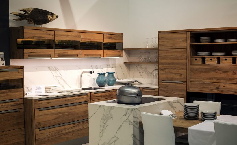 Utsøkt moderne kjøkken i marmor og tre mot Decker