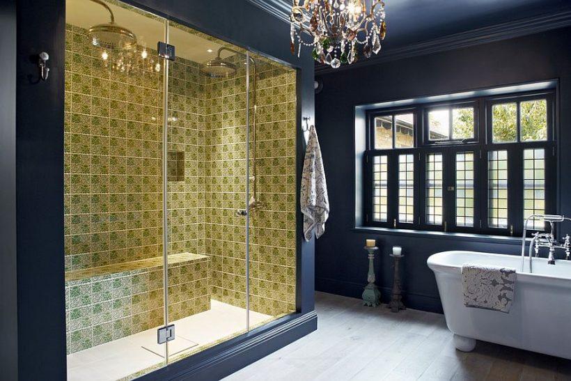 Mesés eklektikus fürdőszoba sötétkék és élénk sárga zuhanytérben