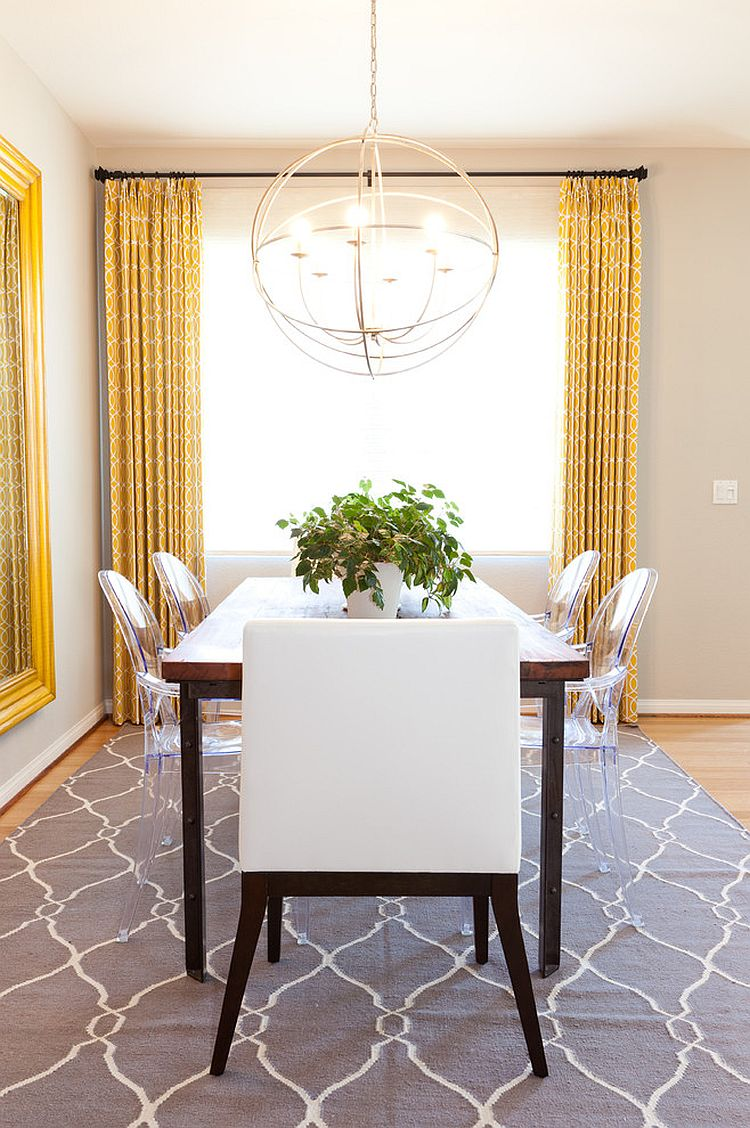 Ploché tkať koberec dodáva jednoduchý vzor a štýl do jedálne