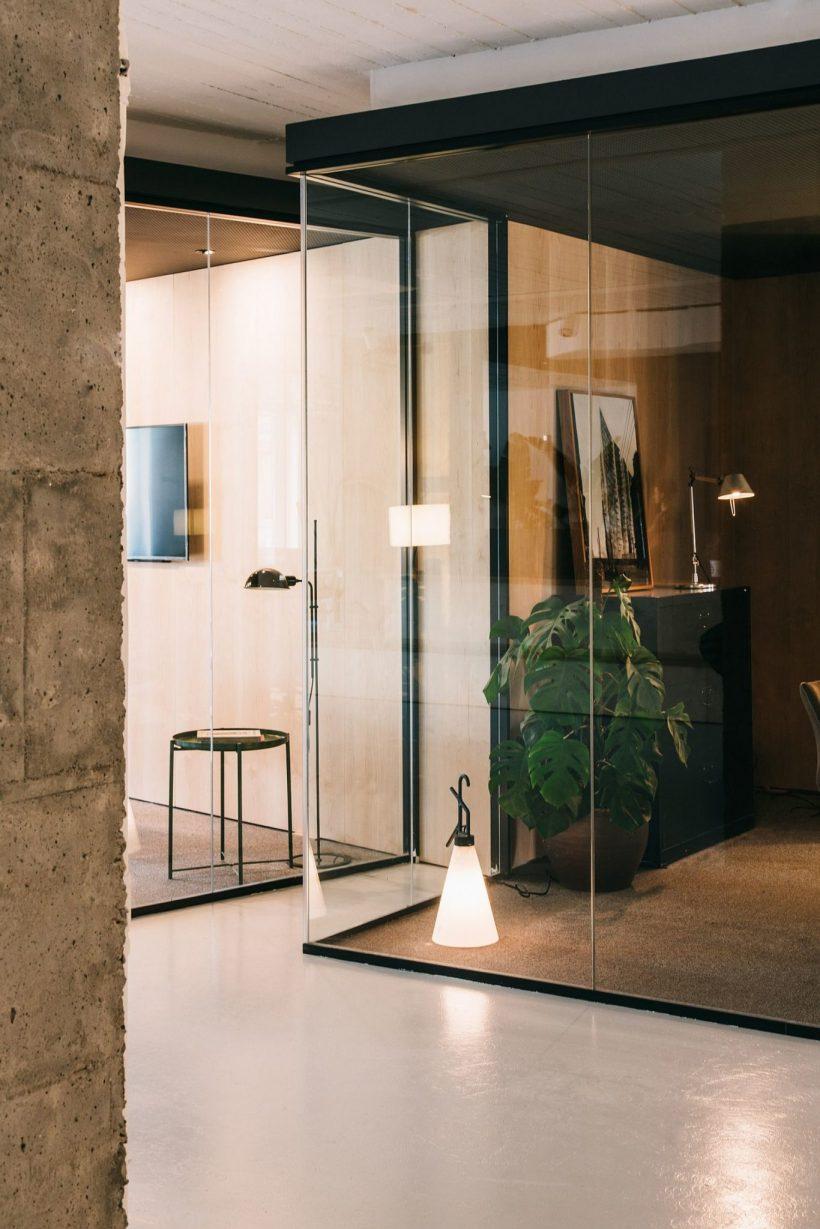 cubículos de vidrio proporcionan un espacio de trabajo relajado y tranquilo