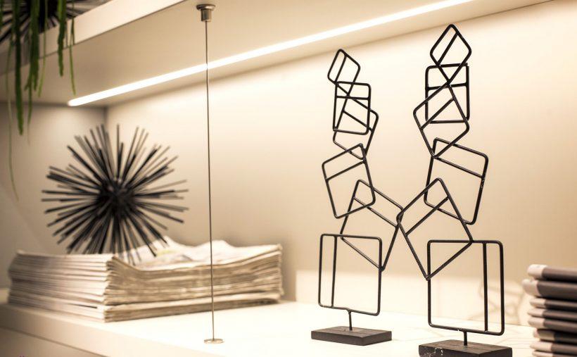 ideas de iluminación LED tira de estanterías abiertas en la cocina y más allá