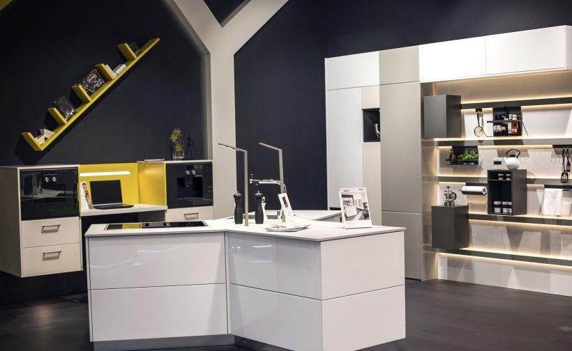 luces de tira LED pueden actuar como un elemento visualmente unificadora entre la cocina y sala de estar abierta