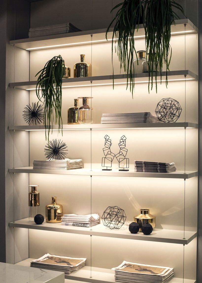 tiras de luces LED hacen de gran iluminación de acento para resaltar estantes de la cocina