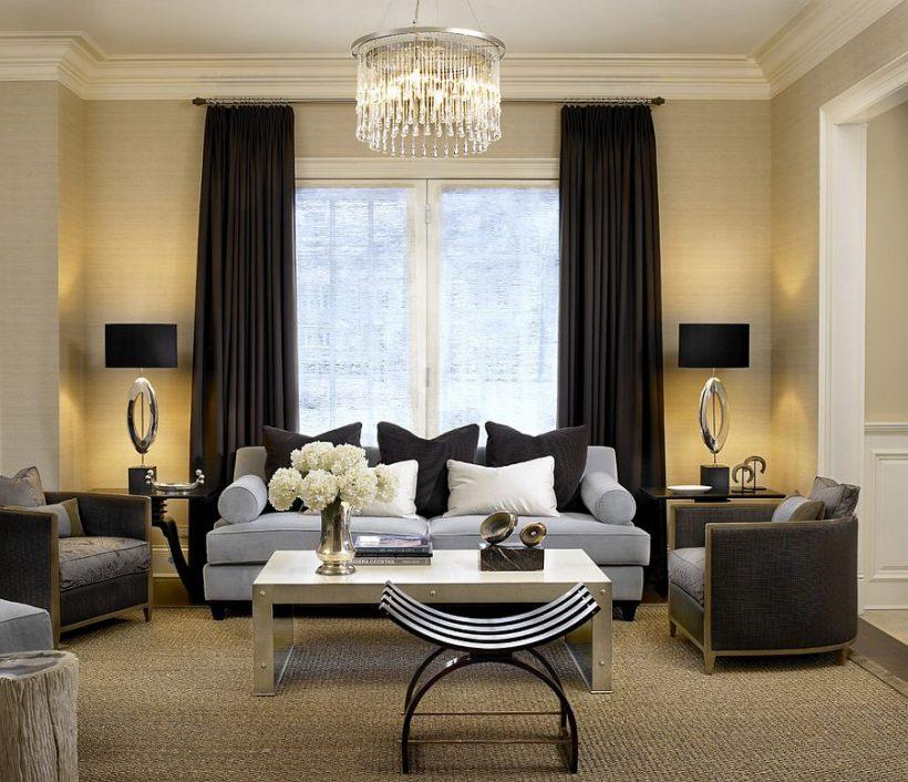 schema di colore chiaro del salotto integra le tende scure perfettamente