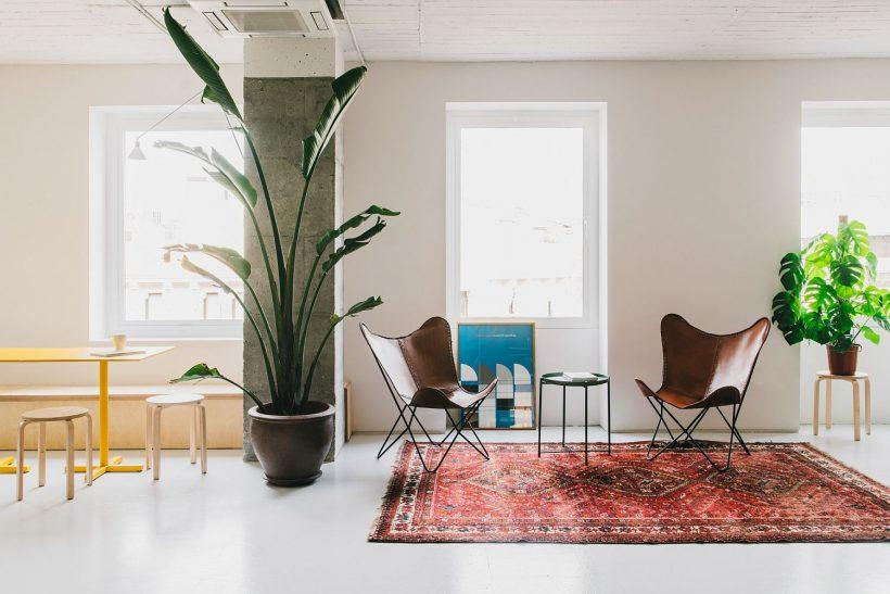 Lleno de luz y la oficina blanca combina zonas privadas y sociales
