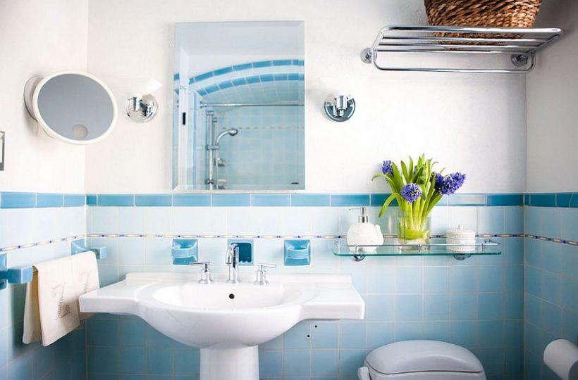 Apgaismojums un sienas flīzes rada smalku Ombre efektu vannas istabā