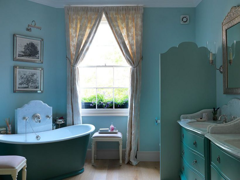 uso preciosa de color azul en el baño ecléctica