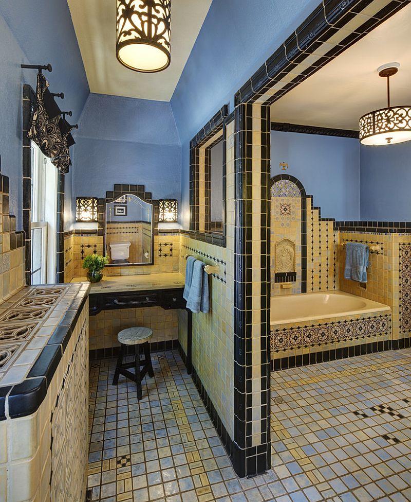 salle de bains de style méditerranéen avec un design fleuri et un splah de bleu