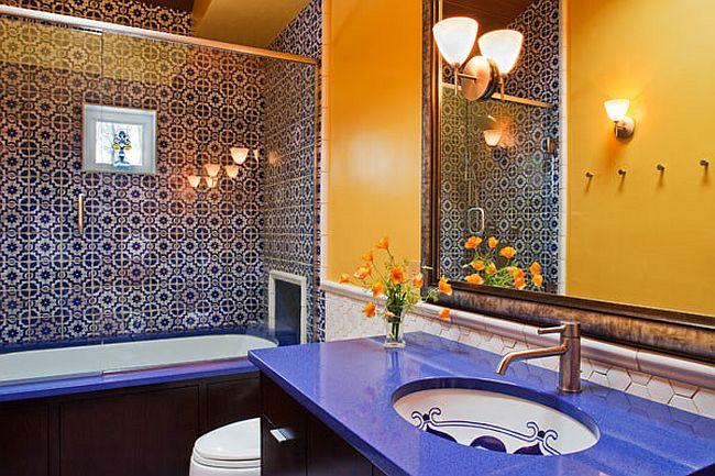 Salle de bains moderne méditerranéenne avec des charges de couleur et le motif