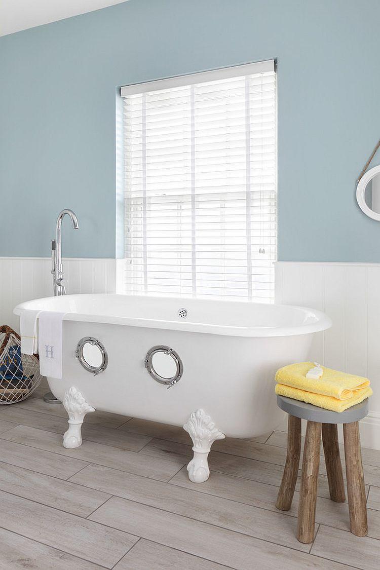 bain Porthole vole la vedette dans cette salle de bains sur le thème nautique