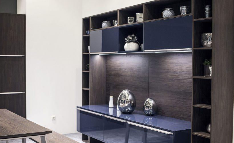Los estantes se iluminaron con luces de tira del LED crean un elemento de diseño común thoughout de la vida americana