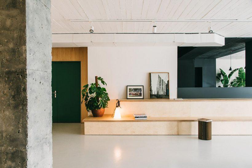 banco de madera delgada proporciona un confortable espacio para sentarse dentro de la oficina