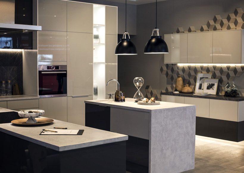 Inteligente bajo iluminación tira de LED gabinete en la cocina es una opción funcional