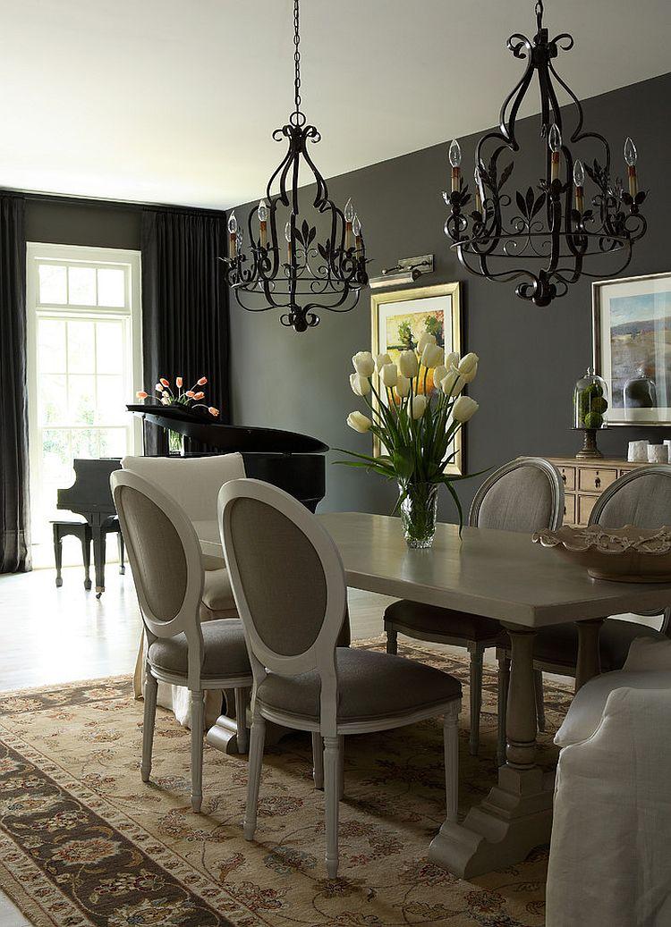 Sofisticata tradizionale sala da pranzo con tende nere nel contesto