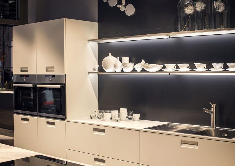 Stunning moderne kjøkken i hvit og grå med flytende hyller og LED-stripe lys