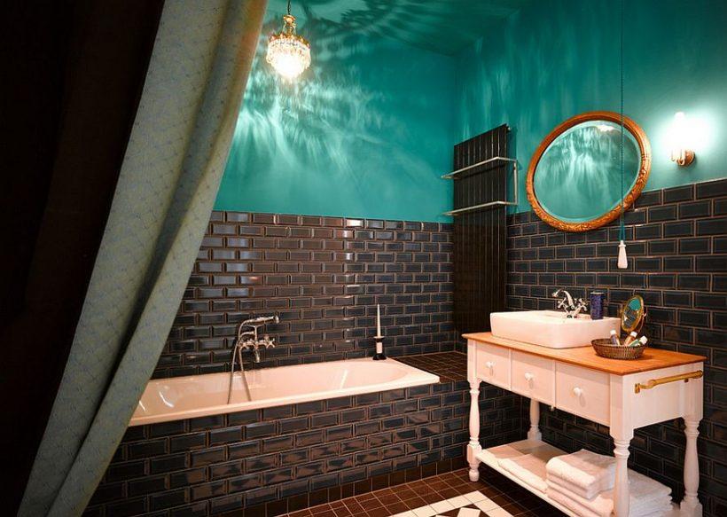 Нажмите на многие оттенки синего для красочной ванны