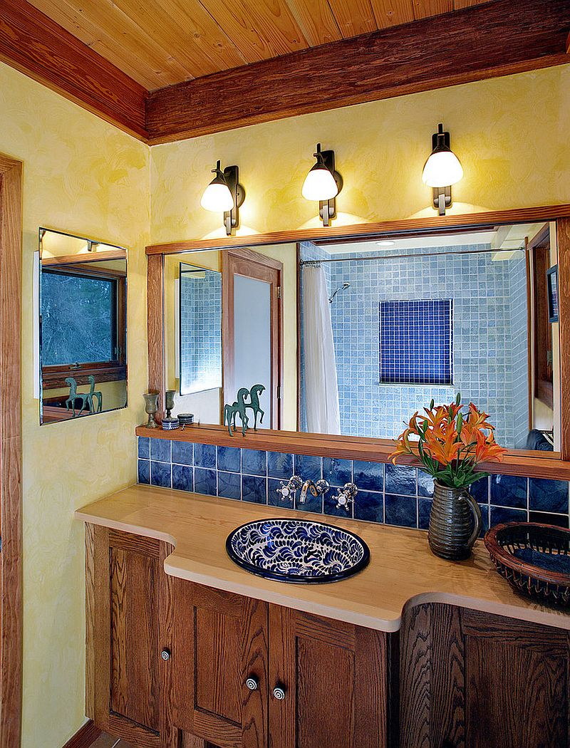 Релефни стени в жълто внасят топлина към банята на средиземноморски стил
