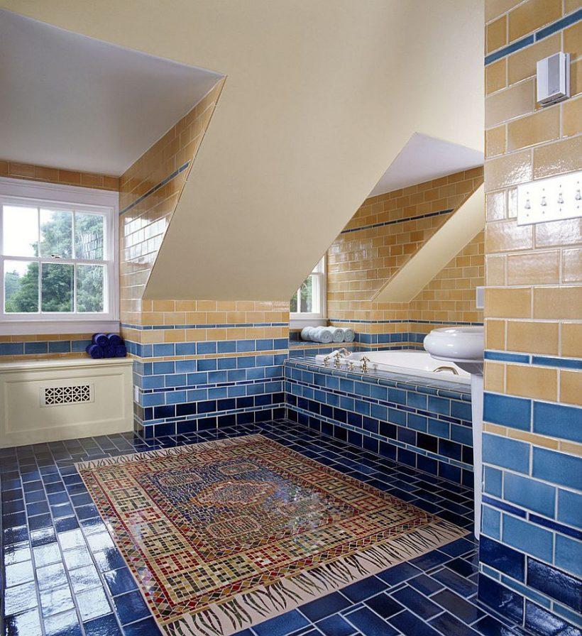 Csempézett falak hozza a különböző árnyalatú sárga és kék a fürdőszobában