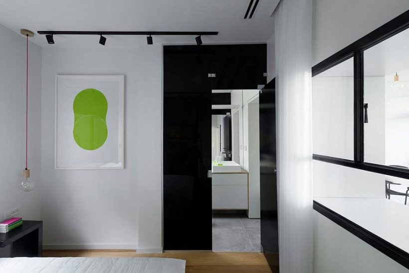 Toonitud klaas ukse ühendab magamistuba ja vannituba