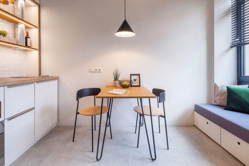 Tiny jedilnico med majhno kotiček dnevni prostor in kuhinjo